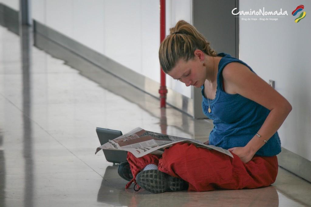 Prenez de quoi vous distraire pour les longues attentes, de la lecture, un jeu de cartes, etc. et au pire, vous trouverez bien un journal abandonné par un autre voyageur…